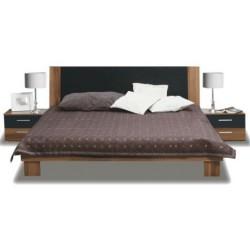 Manželská posteľ s dvomi nočnými stolíkmi